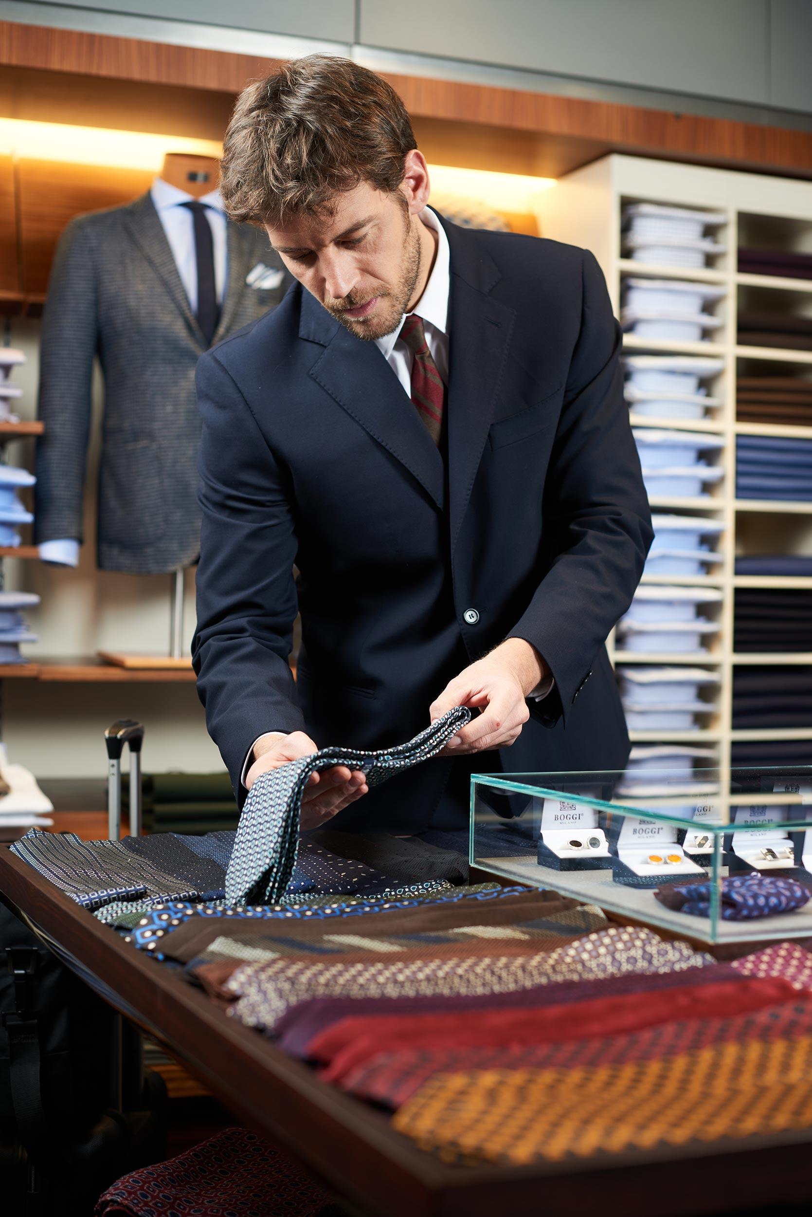 Fotografo commerciale - Uomo d'affari in negozio di lusso